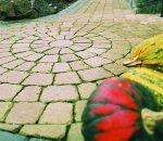Jesień to dobry czas na zaplanowanie nowych alejek. Na zdjęciu nawierzchnia z kostki Romano w kolorze piaskowo beżowym
